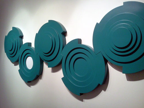 ANA LISAZO, Engranajes con círculos blancos. Chapa de hierro, pintura nitro sintética. 70 X 200 X 0.9. 2009